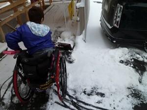 雪はねをするigarashi