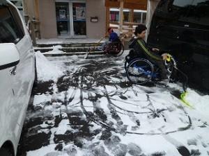 雪はねをするigarashi&kawamura