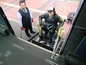 リフトでバスに乗るkawamura