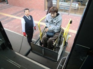 リフトでバスに乗るみっちー