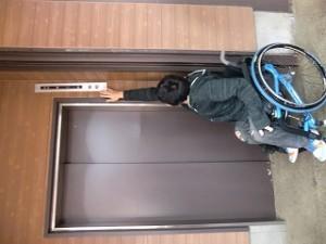 エレベーターのスイッチが高くて押せない・・・