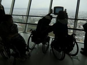 五稜郭タワーから景色を見るigarashi&kawamura