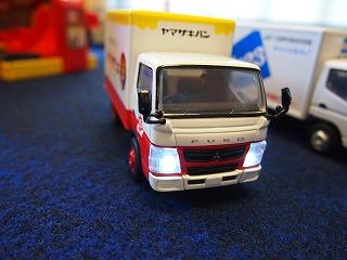 ヘッドライトが付くトラックのおもちゃ