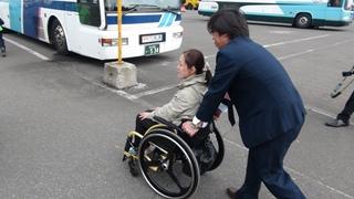 車いすを押してもらうmatoriさん