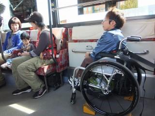 バスの中では?
